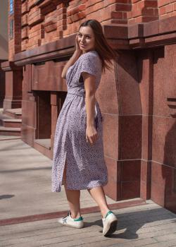 Нежное женское платье-узел лиловое с цветочным принтом